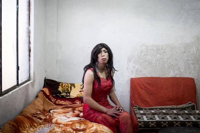 Marcelo pose dans son appartement, El Alto