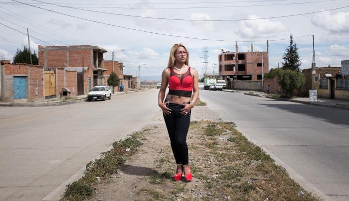 Luna pose dans la rue devant chez elle, El Alto