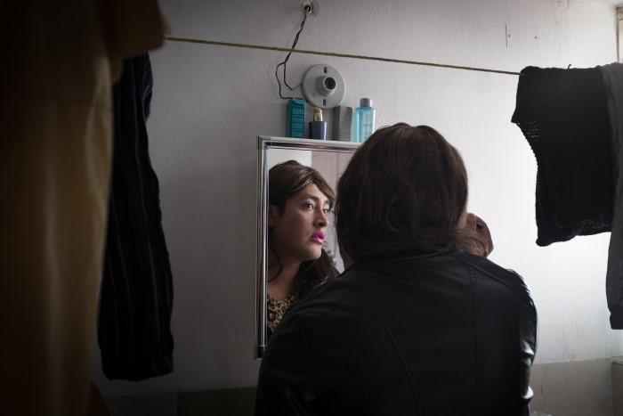 Angie, concentrée, achève de se maquiller dans sa salle de bain, La Paz